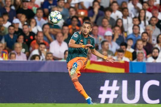 Hakim Ziyech opende de score in Mestalla al na 7 minuten met een fenomenaal afstandsschot.