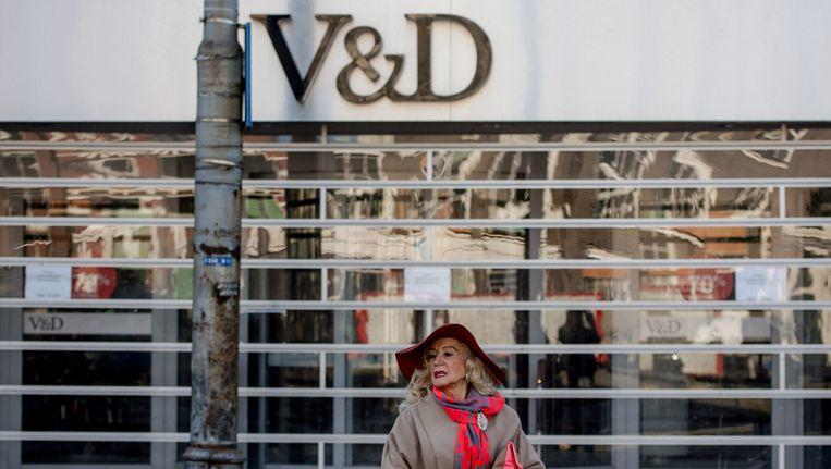 Een vrouw staat voor de gesloten V&D in de Kalverstraat, Amsterdam. Beeld anp