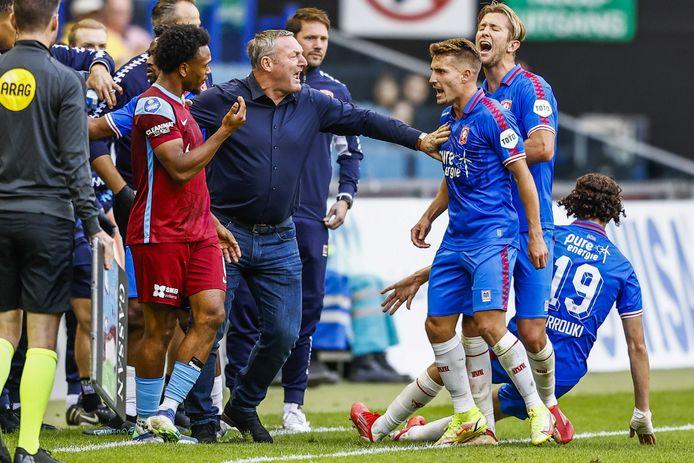 Michal Sadilek maakt ruzie met Vitesse-speler Lois Openda, maar heeft niet in de gaten dat hij op de voeten van ploeggenoot Michel Vlap gaat staan.