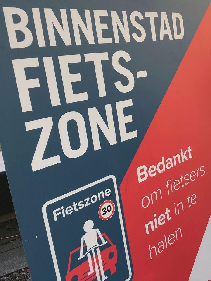 MECHELEN - Langs de nieuwe fietsstraten staan verschillende borden die de fietszone aankondigen.