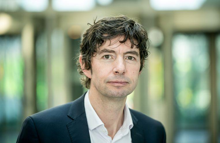 Christian Drosten is in Duitsland nog altijd dé expert naar wie geluisterd wordt. Door zijn populariteit zorgt hij ermee voor dat de maatregelen goed opgevolgd worden. Beeld via REUTERS