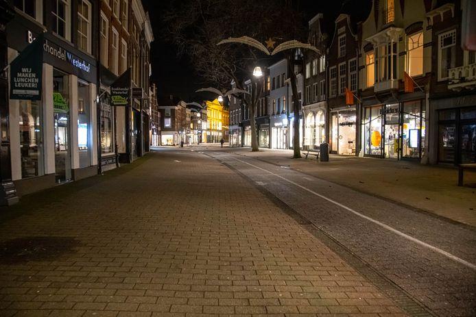 Een meerderheid van de Zwolse gemeenteraad vindt dat het de komende tijd in de donkere uren stil moet worden op straat. Alleen ChristenUnie en D66 spreken zich uit tegen de invoering van een avondklok.