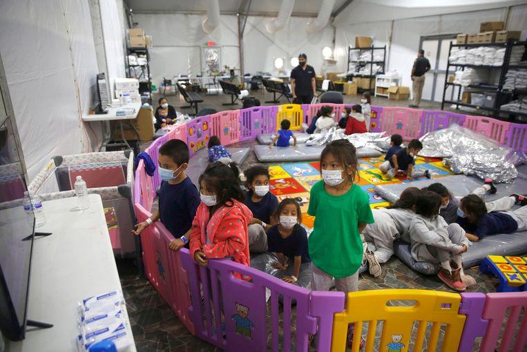 Alleenstaande minderjarige migranten in een  opvanglocatie net over de Amerikaanse grens in Texas. (30/03/2021) Beeld AP