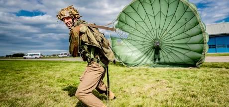 Honderden bol-parachutes boven Teuge: 'Wij spelen niet na, dit is eerbetoon aan geschiedenis'