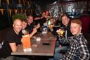 Op je gezondheid! Het terras bij Dutch Pub De Zaak is goed vol.