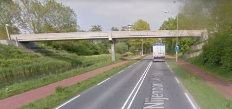 Van viaduct gegooid voorwerp verpulvert glazen autodak, inzittenden gewond