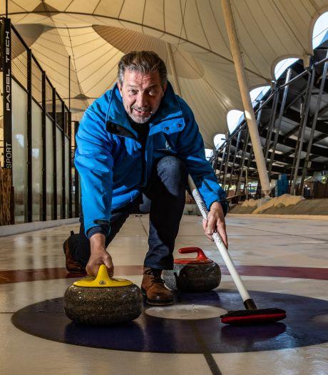 De sport waar velen stiekem om lachen, kan nu ook bij ijsbaan Deventer: 'Het is donders moeilijk'