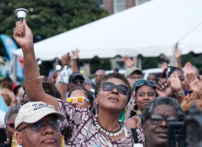 Mensen laten rinkelen belletjes in Hampton, Virginia, om de 400ste verjaardag van de slavernij in de VS te herdenken.