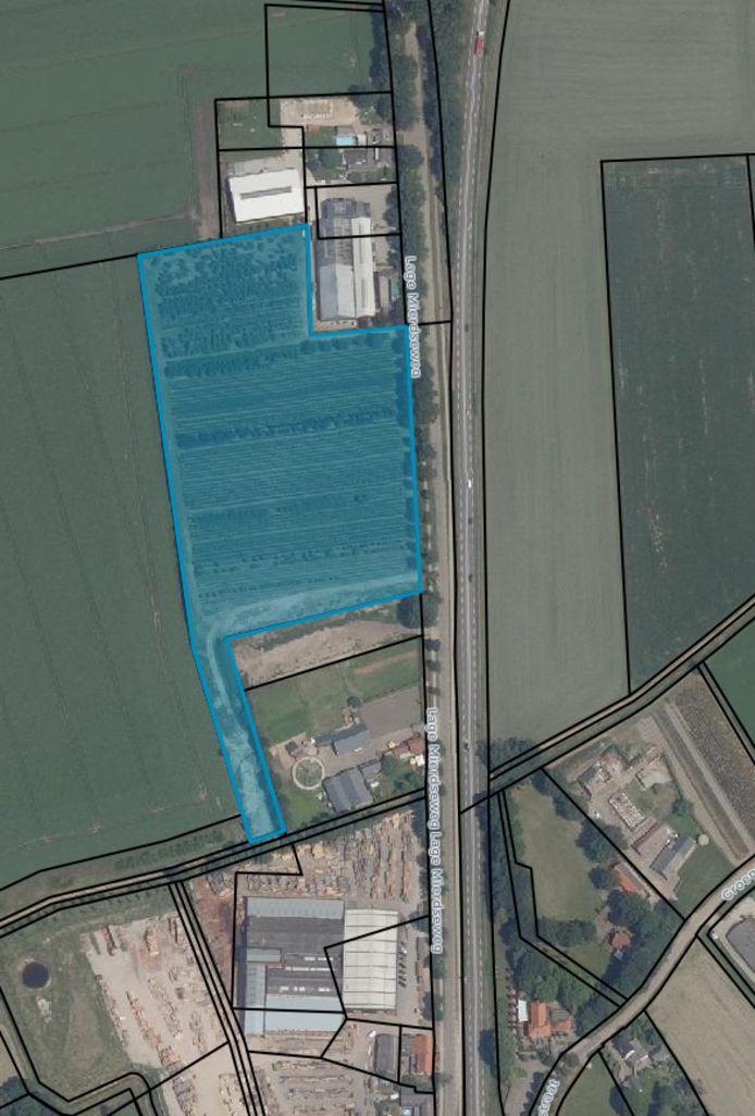 De kadastrale kaart van het stuk grond, pal aan de Lage Mierdseweg. Onderin zijn de contouren van Van Dal Houthandel te zien.
