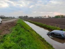 Auto te water in Giethoorn en bestuurder kan niet zwemmen, gelukkig is de sloot ondiep
