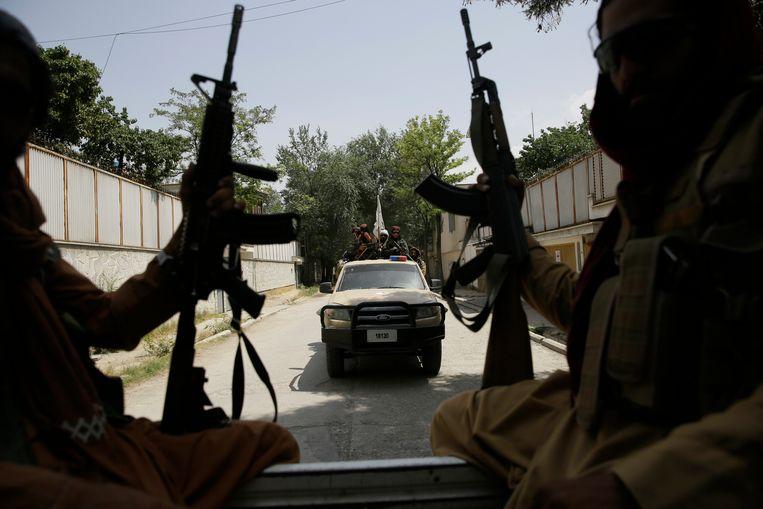 Talibanstrijders patrouilleren in Kaboel.  Beeld AP