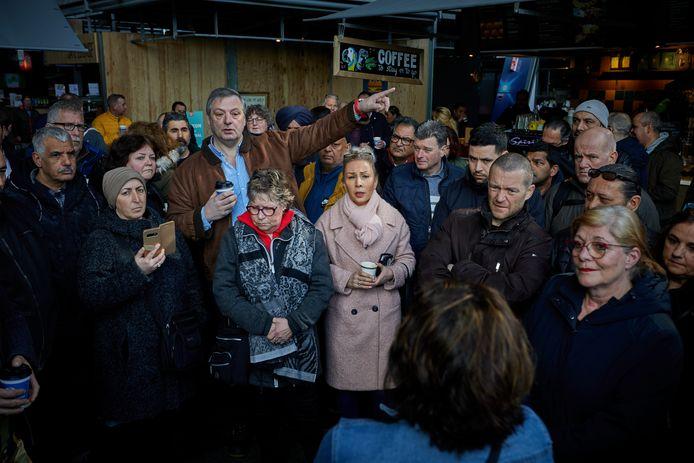 Rotterdamse marktkooplieden protesteerden twee weken terug in de Markthal, die nog wel open is. De markten in de stad blijven waarschijnlijk tot 1 juni dicht.