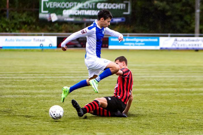 Ilias Yadir wordt van de bal gegleden in de bekerwedstrijd tegen DVC'26.