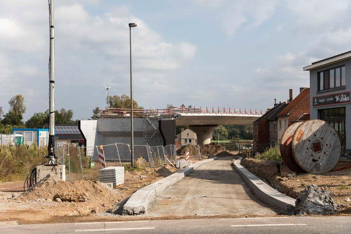 De voorbereidende werken op het kruispunt van de Steenweg met de Waardestraat.