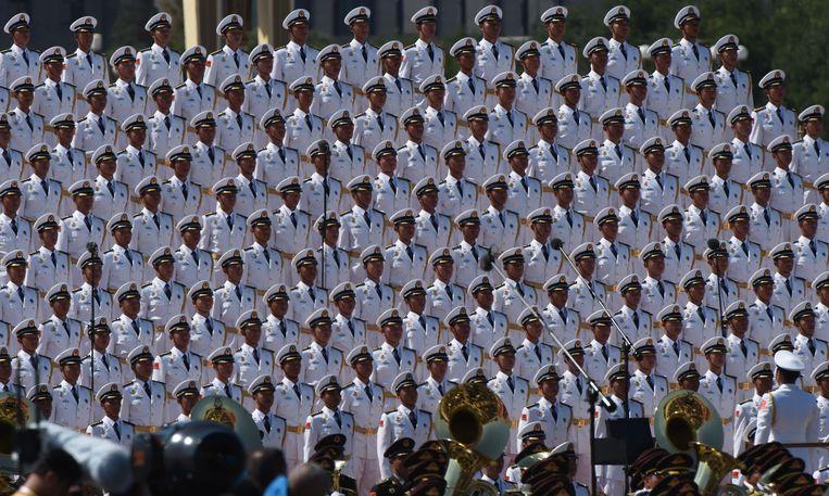 Op het Plein van de Hemelse Vrede in Peking heeft China voor het eerst in zes jaar weer een grote militaire parade gehouden. Het moet de grootste aller tijden worden en is tevens de viering van het einde van de Tweede Wereldoorlog in Azië, zeventig jaar geleden. Aan de parade doen zo'n 12.000 militairen mee. Ook zijn er tweehonderd vliegtuigen te zien, tanks en raketten. Beeld null