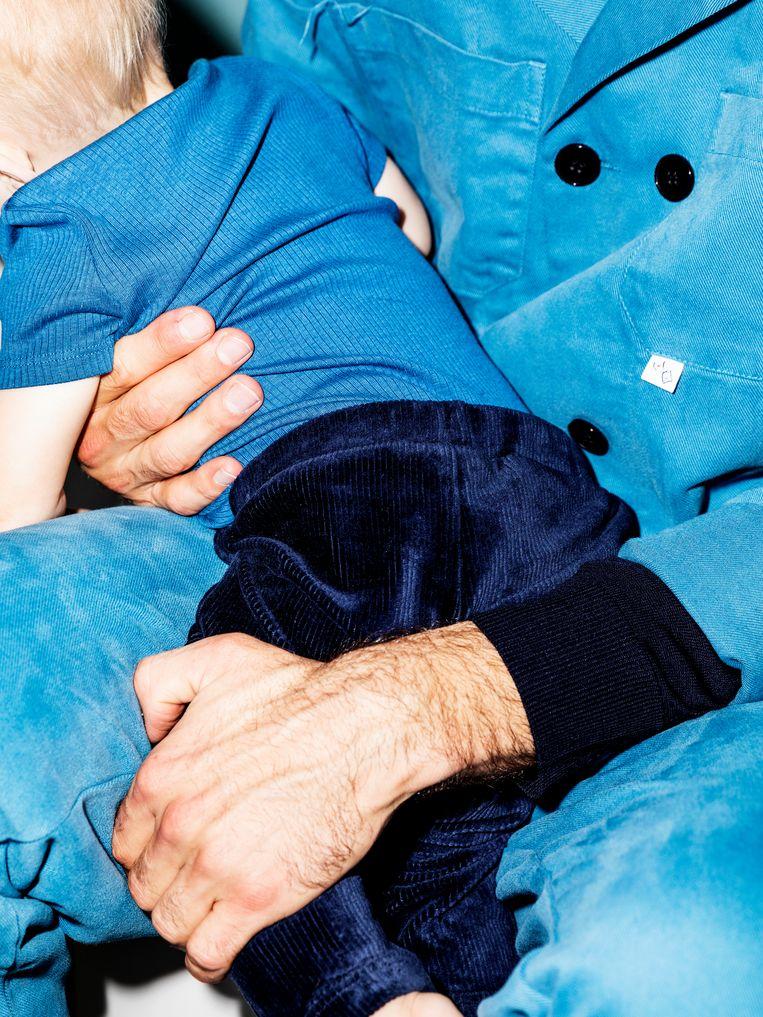Andreas Jonkers met zijn zoontje Tobi. Beeld Marie Wanders, styling Inge de Lange