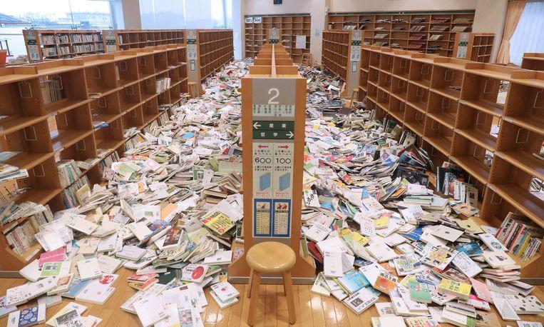 Het is een puinhoop in de bibliotheek van Shinchi in het Japanse departement Fukushima. Die naam herinnert vooral aan de kernramp in 2011, veroorzaakt door een zeebeving. Zaterdag was er opnieuw een zware beving voor de kust. 121 mensen raakten gewond en een groot deel van Japan zat uren zonder stroom. De schade lijkt beperkt.  Beeld AFP