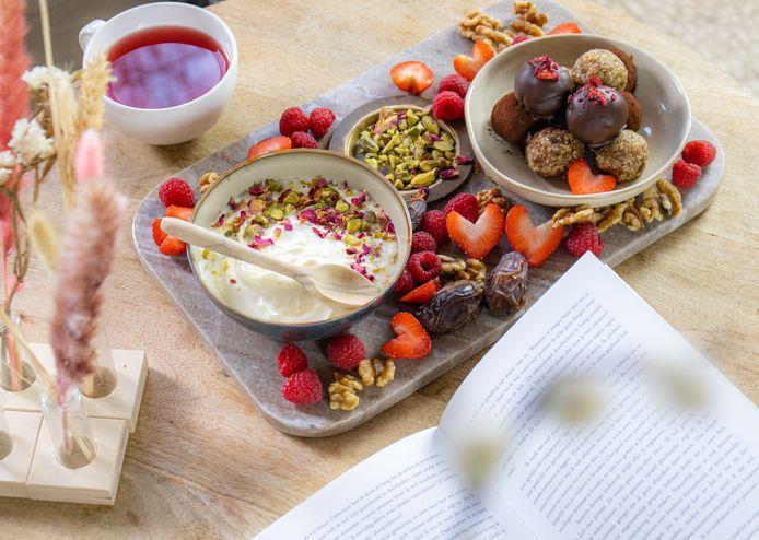 Verwenplank met noten en vers fruit.