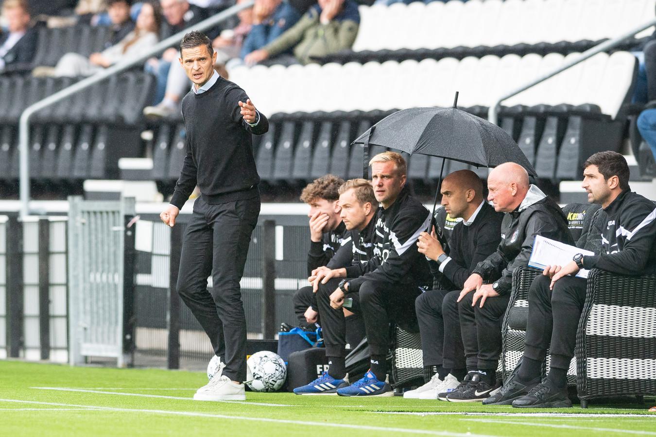 NEC-trainer Rogier Meijer geeft aanwijzingen aan zijn spelers tijdens de uitwedstrijd tegen Heracles Almelo.    during the match Heracles - NEC