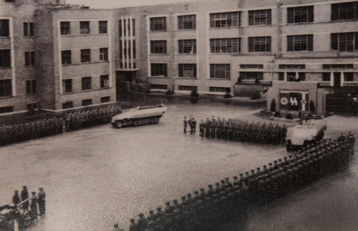 Een beeld uit de Tweede Wereldoorlog. Een afdeling van de Hitlerjugend op het paradeplein.