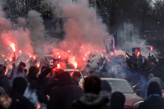 De Graafschap-supporters zwaaien het eerste elftal uit, op weg naar Breda.