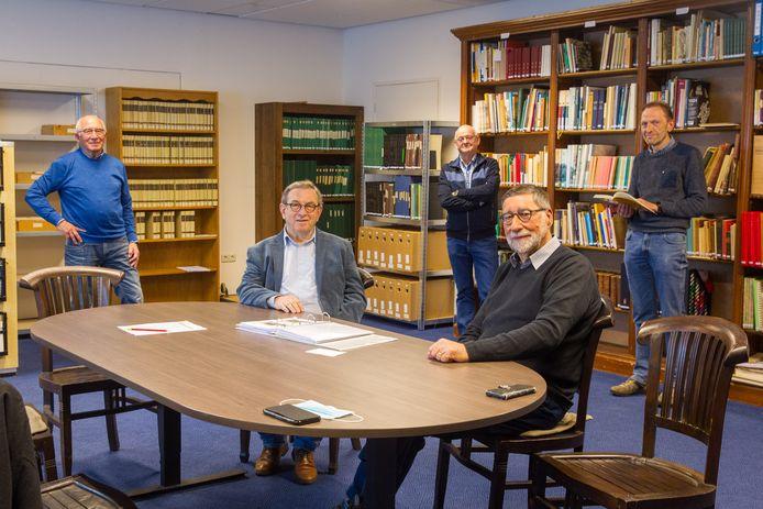 Bestuursleden Erfgoedhuis: zittend vlnr Tiny Leijten, Wiel Berden. Staand vlnr: Jan Bressers, Jac van Lieshout en Louis Schats.