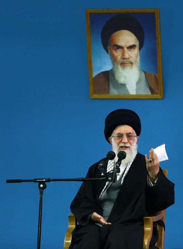 De hoogste leider van Iran, ayatollah Ali Khamenei, vroeg zijn volk zaterdag om president Rouhani tijd te geven om de banden met de buitenwereld aan te trekken. Beeld ap