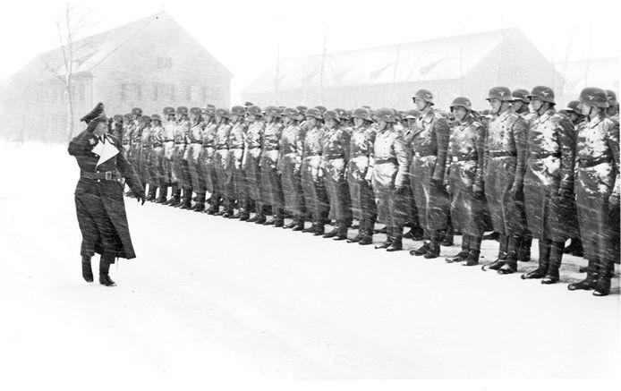 Generaloberst Kurt Student inspecteert troepen die al een tijdje in de sneeuw hebben staan wachten. De locatie van de foto is niet bekend.