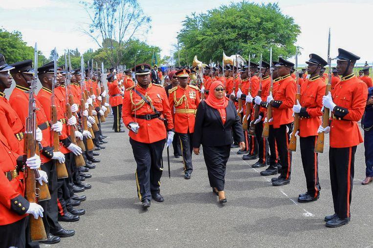 Samia Suluhu Hassan, de eerste vrouwelijke president van Tanzania, vrijdag na de beëdiging in Dar es Salaam. Beeld AP