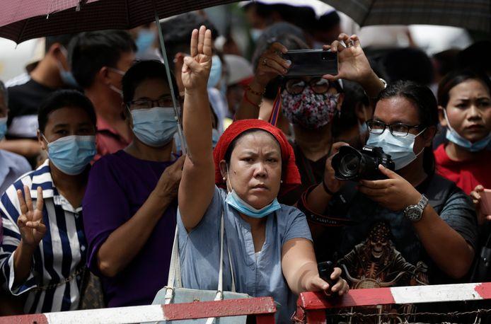 Mensen wachten achter de barricaden bij de Insein gevangenis in Yangon, Myanmar op de vrijlating van hun familieleden. Vandaag kondigden de autoriteiten aan dat een aantal gevangen hun cel mogen verlaten.