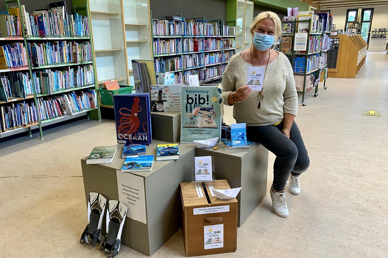Schepen van Bibliotheek Elsie De Greef (N-VA) bij de boeken die de jongeren meenemen op leesvakantie.