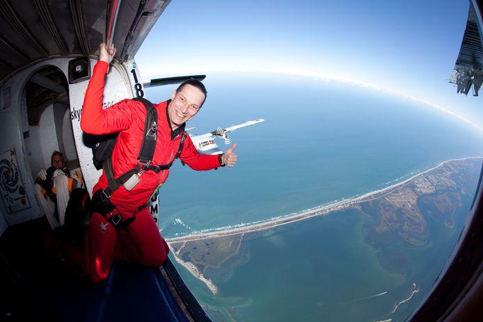 De speed-skydiver uit Overijse springt telkens op 4.000 meter hoogte uit het vliegtuig.