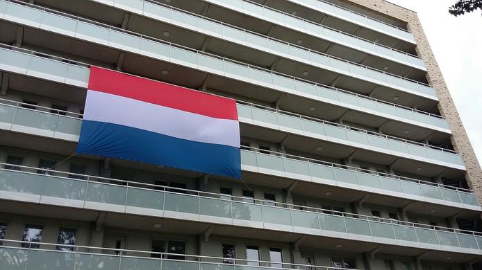 Het uitrollen van de vlag was de officiële afsluiting van de renovatie.