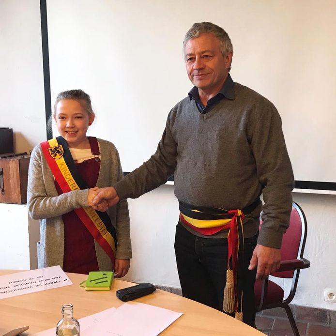 Kinderburgemeester Ina met de echte burgemeester Gerard Liefooghe