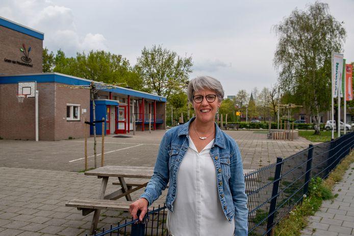 Corrie Nieuwkoop heeft een lintje ontvangen voor onder andere haar inzet  bij de Groen van Prinstererschool.