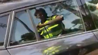 Politie slaat ruit in om hondje uit snikhete auto te bevrijden