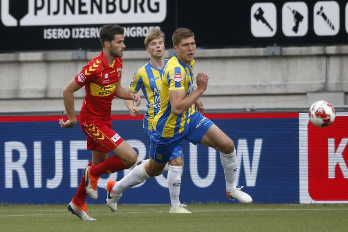 """Go Ahead Eagles-verdediger Gino Bosz (links) is positief gestemd na het 0-0 gelijkspel bij RKC Waalwijk. ,,Met de steun van de twaalfde man moeten het klusje thuis kunnen klaren."""""""