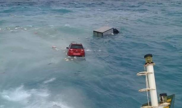 Auto's in het water na het ongeval met een veerboot