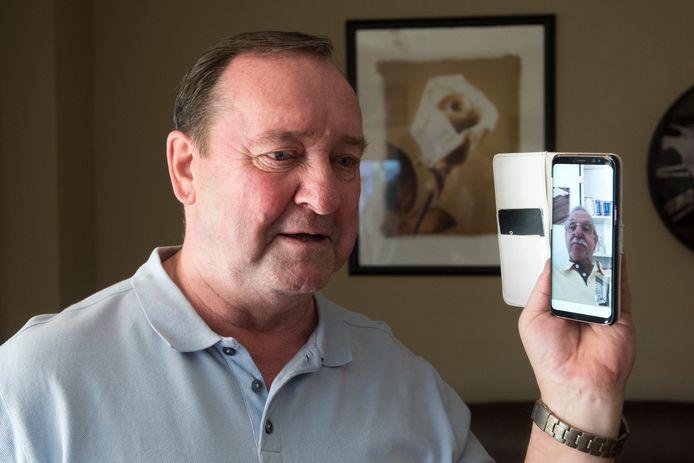 Frans Tuk belt middels een beeldverbinding met zijn halfbroer Dolf, aan wie hij 25 jaar geleden een nier heeft gedoneerd.