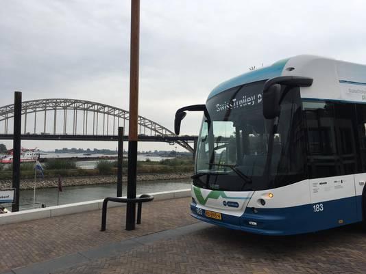 Trolleybus bij de Waalbrug in Nijmegen