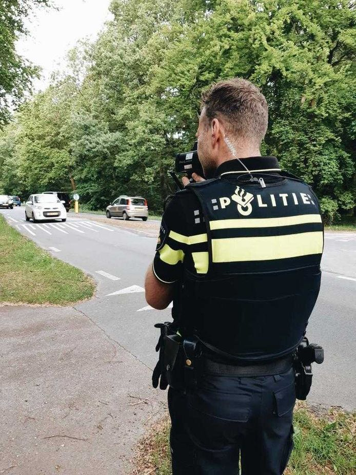 De politie tijdens de snelheidscontrole vandaag.