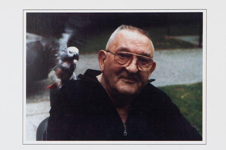 Paul Siemons als gepensioneerde, met papegaai Jacobus op de schouder. Beeld Photo News