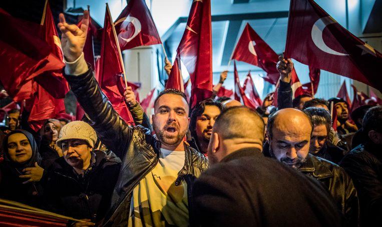 Een betoger maakt met zijn hand het teken van de Grijze Wolven tijdens een protest in 2017 voor het Turkse consulaat in Rotterdam.  Beeld Freek van den Bergh / de Volkskrant