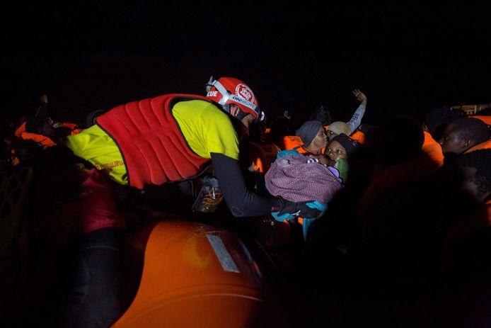 De moeder en haar pasgeboren baby worden gered.