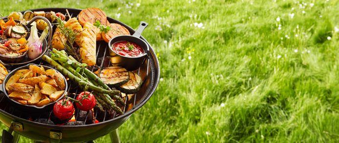 De barbecue gaat in veel tuinen en parken weer aan dit weekend.
