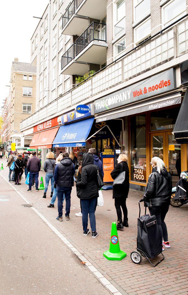 De rij voor Kema Vlees in de Kinkerstraat. Beeld Marjolein van Damme