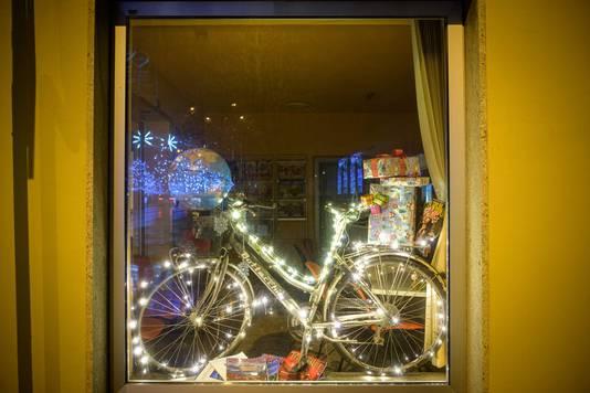 In het Sloveense straatbeeld zijn richting de jaarwisseling talloze verlichte en kleurrijke fietsen geplaatst.