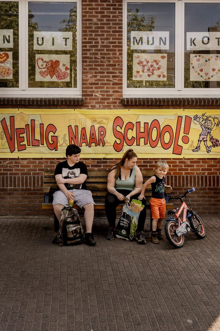 'Probeer kinderen van het eerste leerjaar maar eens duidelijk te maken dat ze elkaar niet mogen aanraken', zegt schooldirectrice Kathlien Vanschoenwinkel. Beeld Eric de Mildt