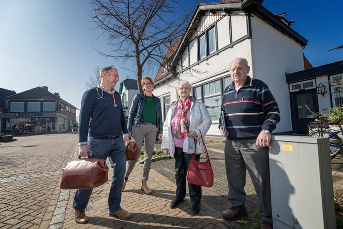 Huisartsenpraktijk de Linde gaat verhuizen. Het artsenechtpaar Willem van der Linden (l) en Ellen van Rosmalen staat hier samen met patiënten van het eerste uur  Ans van der Vlugt (77) en Dirk Zemel (83).