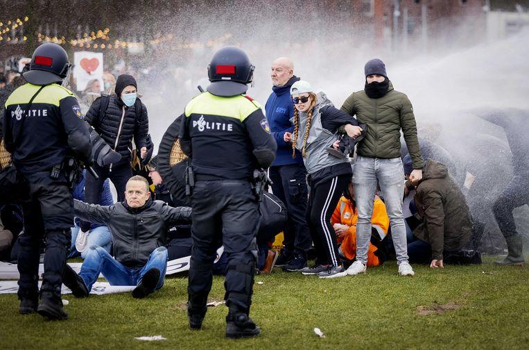 Demonstranten worden verjaagd op het museumplein. Beeld ANP